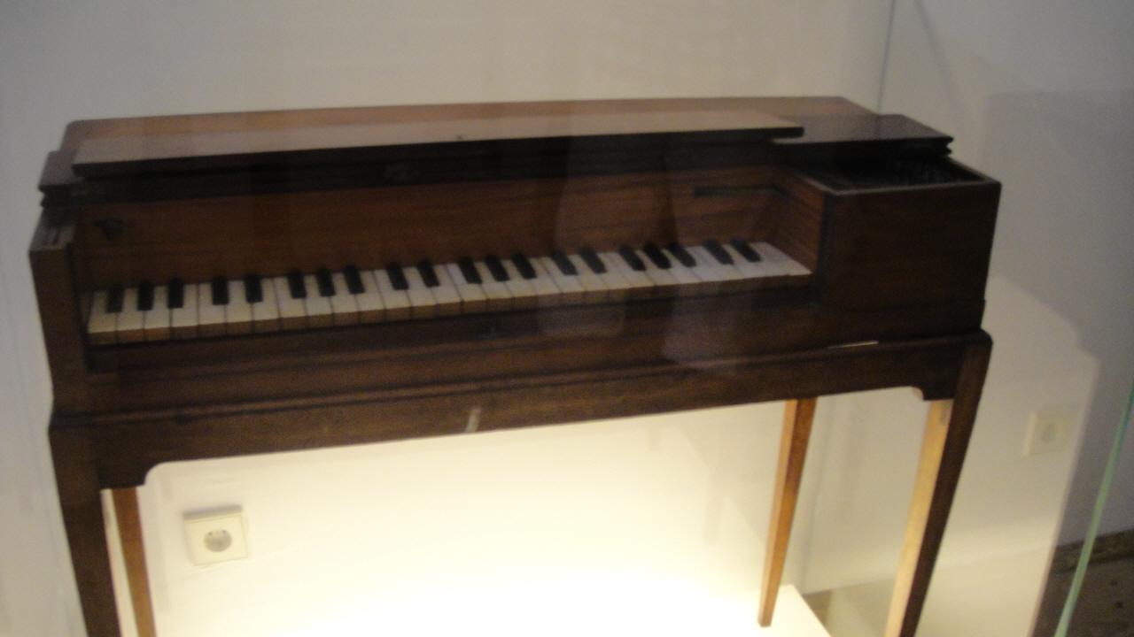 모차르트 생가의 그랜드 피아노 생가 4층 전시실에는 가족 등의 초상화, 부자간의 편지 원본, 모차르트가 어릴 때 사용하던 바이올린과 비올라, 만년에  10년 동안 애용하던 콘서트용 그랜드 피아노 등의 개인적인 유품들이 유리 진열장에 보관되어 있다.