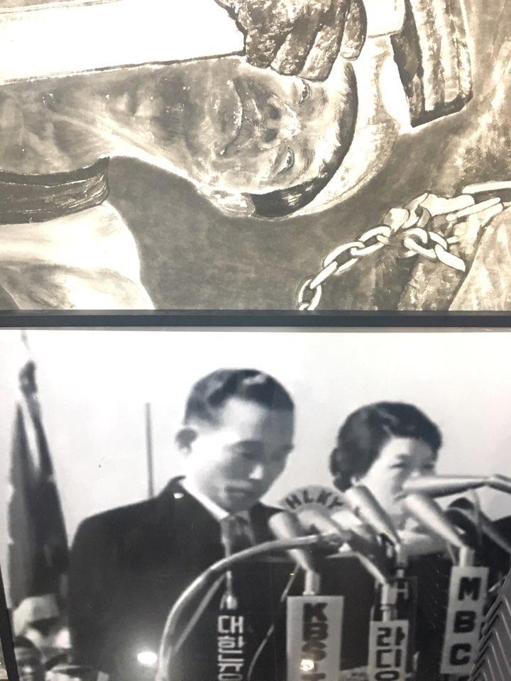 박정희 전 대통령과 육영수 여사 '애국 신문 시민 기자 교실' 한켠에 박정희 전 대통령과 육영수 여사의 사진이 놓여있다