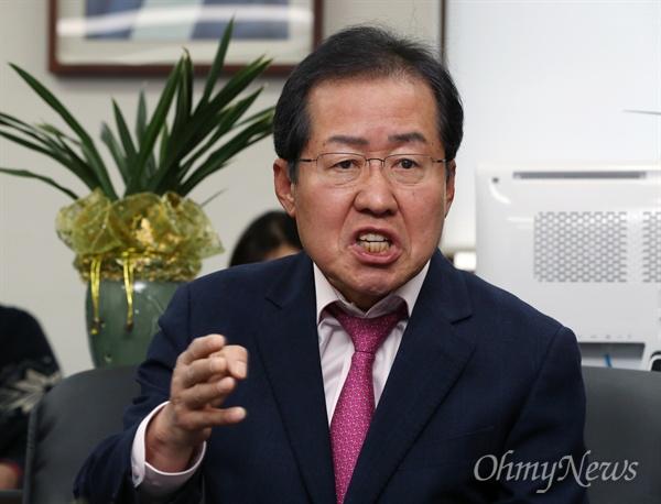 '성완종 리스트' 사건과 관련해 무죄 선고를 받은 홍준표 경남지사가 16일 경남도청 서울 사무소에서 기자회견을 열고, 박근혜 정부 집권 세력에 대해 '양박(양아치 친박)'이라며 강도 높은 비난을 쏟아냈다.
