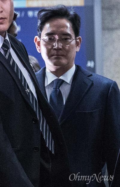이재용 삼성전자 부회장이 16일 오전 서울 서초구 서울중앙지법에서 영장실질심사를 마치고 빠져나오고 있다.