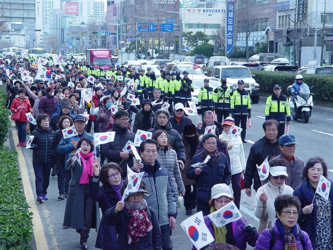 부산 집회에 참여한 박사모 회원들 부산지방경찰청에서 제공한 자료에 따르면 이날 참여 인원은 4000명으로, 다양한 연령대가 주로 참여를 했지만, 주로 어르신들의 참여율이 높았다.