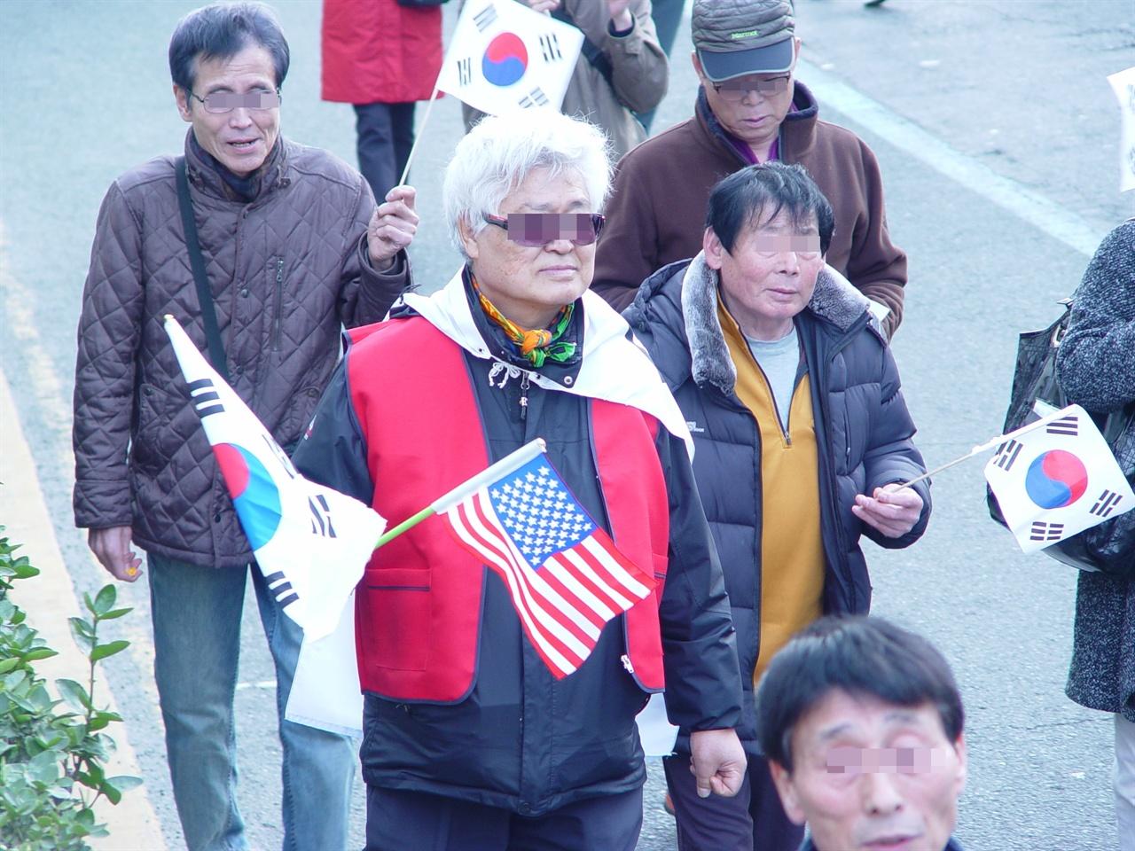 성조기를 들고 나온 시민들도 있었다.