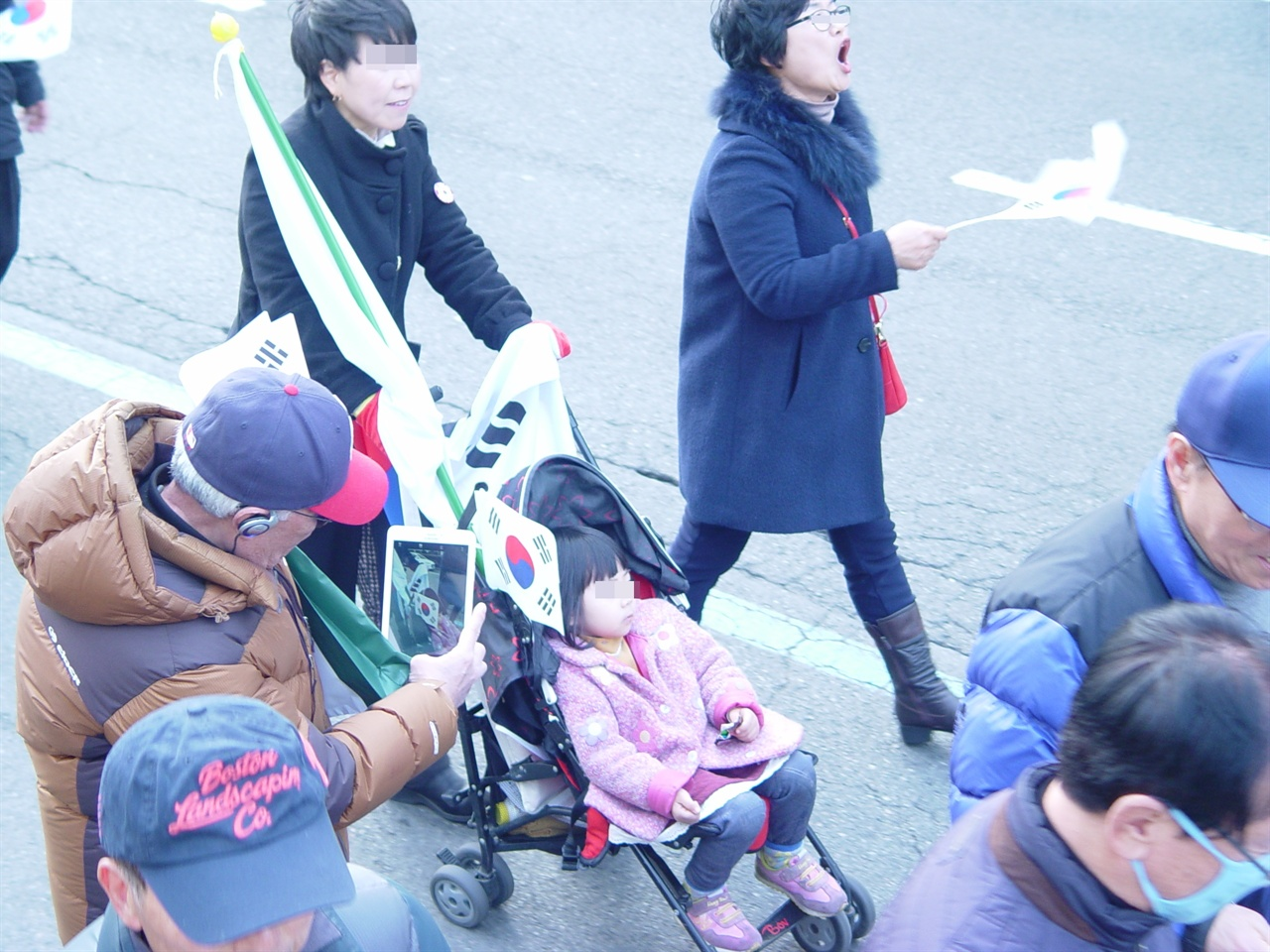 유모차 부대는 아니지만 어린 자녀를 데리고 나온 부모도 볼 수 있었다.