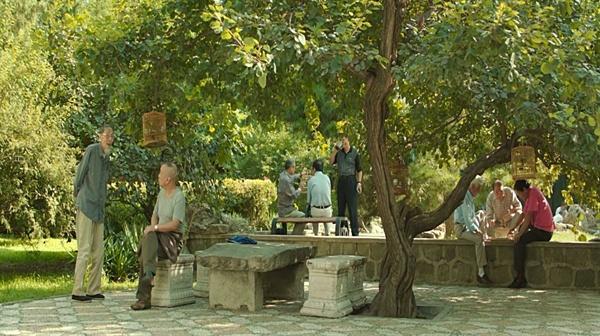 전통적 가치에 익숙한 할아버지 세대 공원에 모여 소통하고, 사회주의 집단문화에 익숙하다.