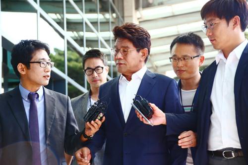 지난해 9월 22일 조사를 받으러 인천지방검찰청사에 들어가며 기자들로부터 질문을 받고 있는 이청연 인천시교육감.<시사인천 자료사진>