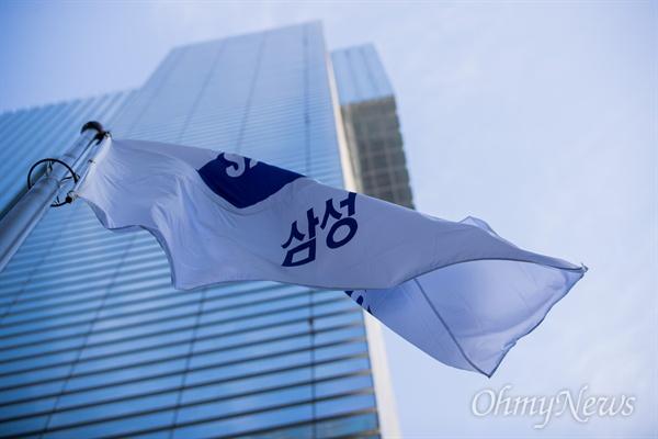 이재용 삼성전자 부회장이 구속된 17일 오전 서울 서초구 삼성전자 서초사옥 앞에 삼성기가 날리고 있다.