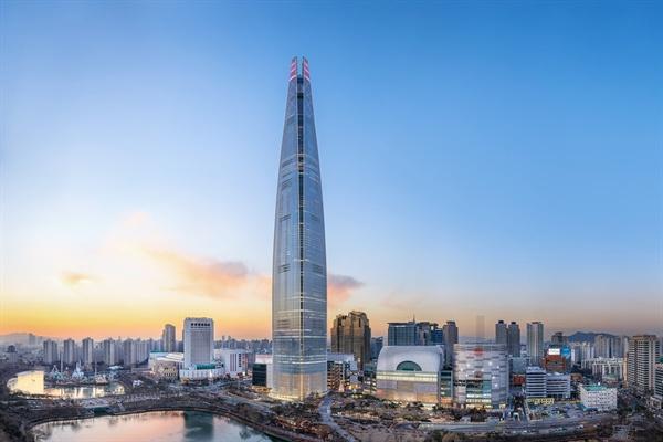 국내에서 가장 높은 555m, 123층으로 지은 잠실 제2롯데월드가 9일 최종 사용승인을 받았다고 롯데물산이 전했다.