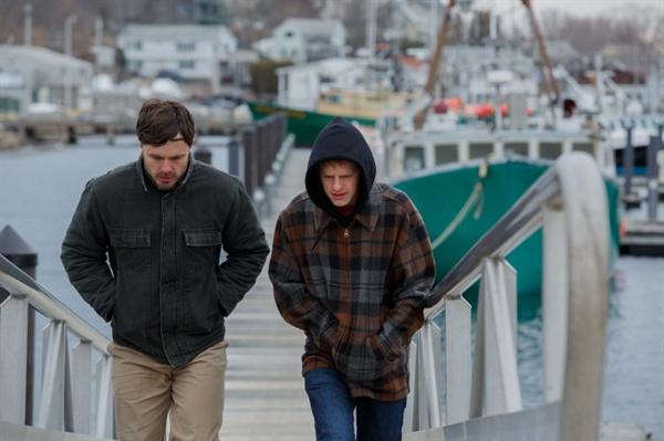 영화 <맨체스터 바이 더 씨>의 한 장면. 보스턴에서 혼자 살던 리(케이시 애플렉)은 형 조(카일 챈들러)의 죽음으로 혼자 남은 조카 패트릭(루카스 헤지스)과 함께 시간을 보내게 된다. 어렸을 때부터 패트릭을 귀여워했던 리였지만, 두 사람은 좀처럼 어색함을 떨쳐내지 못한다.
