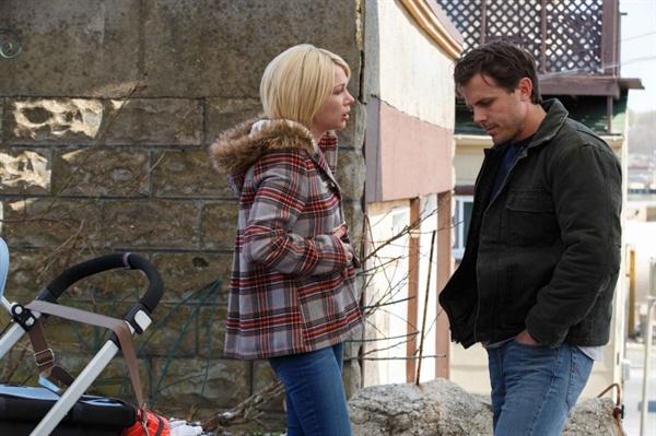 영화 <맨체스터 바이 더 씨>의 한 장면. 리의 전처 랜디(미셸 윌리엄스)는 거리에서 우연히 만난 리와 이야기를 나눈다. 과거의 참혹한 사고 때문에 고통의 시간을 보내야만 했던 두 사람의 아픔이 절절하게 느껴지는 명장면.