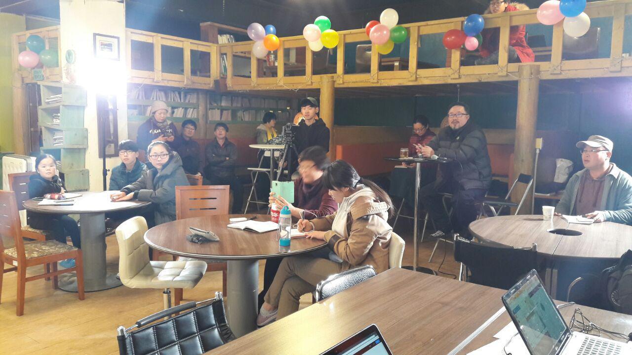 본발표하는 날, 조명과 촬영장비 앞에서 학생들은 바짝 긴장했다.