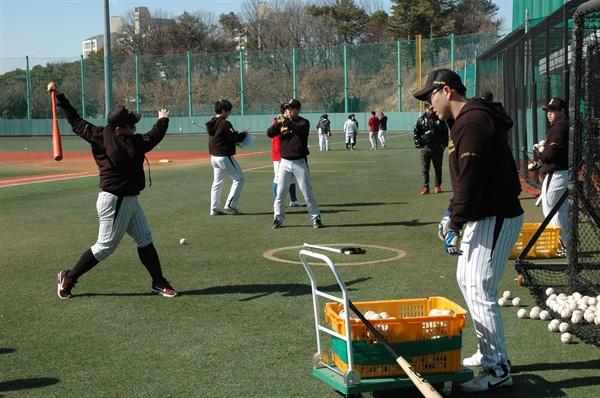 훈련하는 저니맨 야구단 선수들 또다시 프로의 문을 두드리기 위해 구슬땀을 흘리고 있었다.