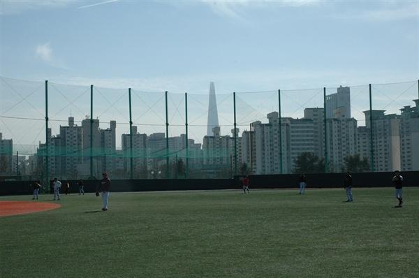 훈련하는 저니맨 야구단 선수들 언제쯤 저들도 저 멀리 보이는 롯데타워처럼 우뚝 솟을 수 있을까