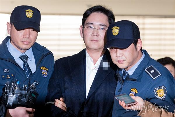 이재용 삼성전자 부회장이 18일 오후 서울 강남구 박영수 특검사무실에 조사를 받기 위해 출석하고 있다. 이 부회장은 박근혜 대통령에게 뇌물을 준 혐의로 구속이 확정된 후 첫 조사다.