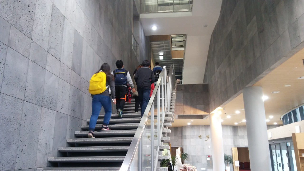 계단을 걸어서 올라가는 아이들