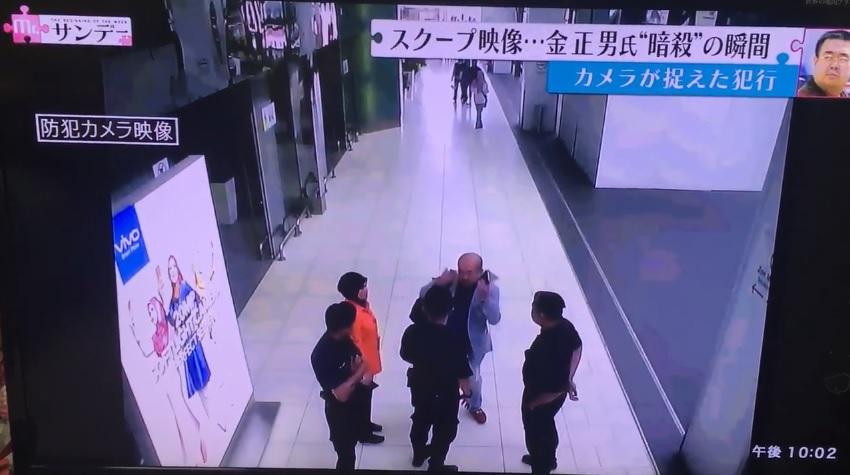 김정남으로 추정되는 남성이 독극물 공격을 받은 후 고통을 호소하는 장면이 담긴 쿠알라룸푸르 국제공항 CCTV 갈무리.