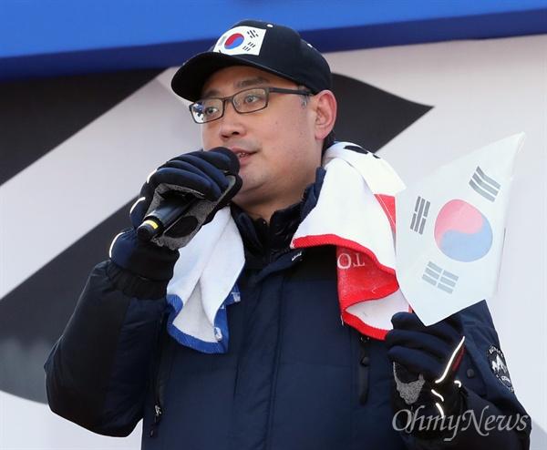 변희재 미디어워치 대표가 18일 오후 서울 대한문 앞에서 열린 제13차 탄핵기각 총궐기 국민대회에서 연단에 올라 발언하고 있다.