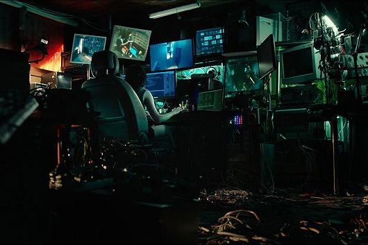 <조작된 도시>의 한 장면 초보 해커 '털보형님'(여울/심은경)이 작업하는 장면