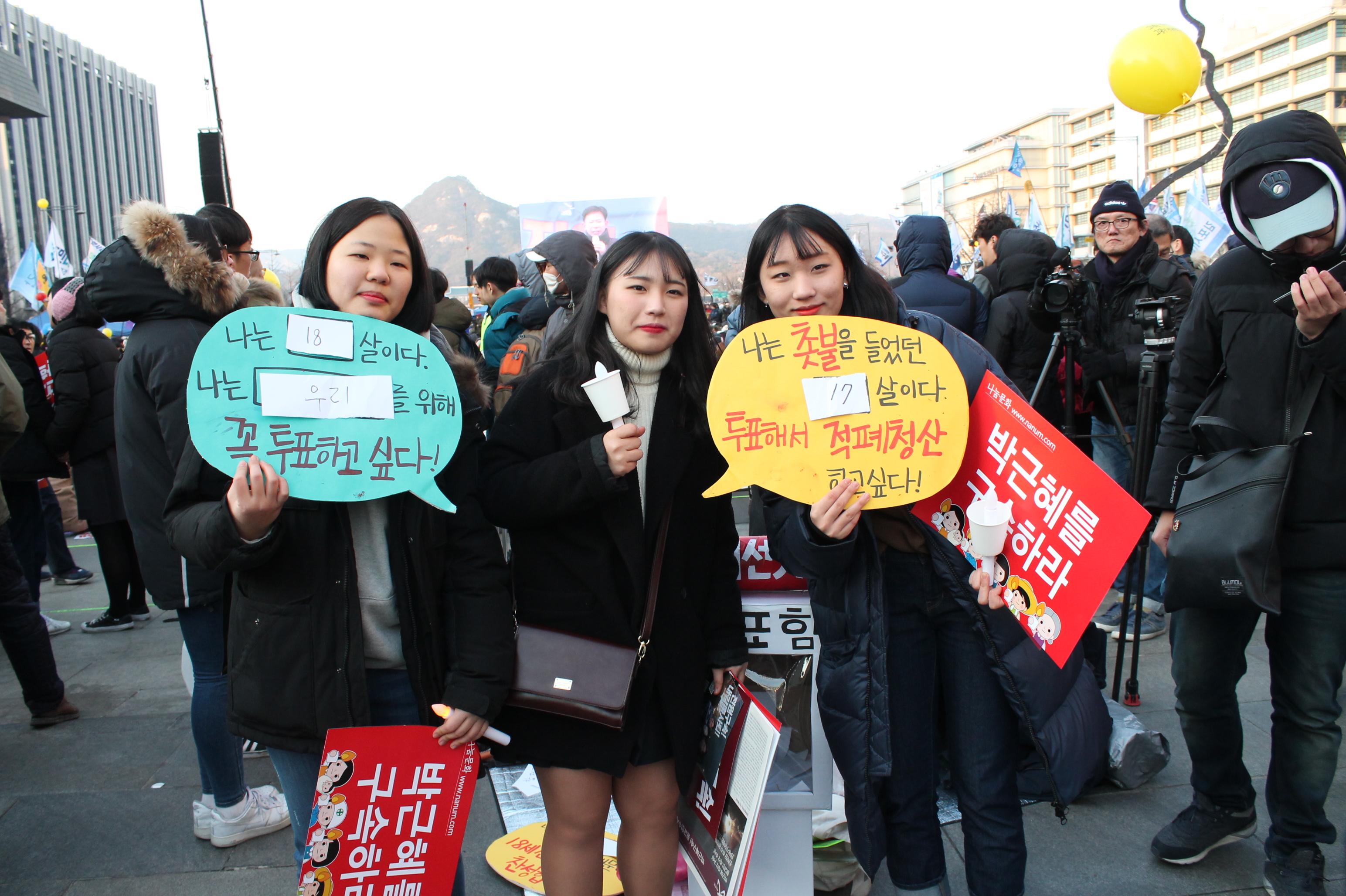 지난 18일 열린 제16차 촛불집회에서 청소년들이 18세 선거권 보장을 요구하며, 기념촬영을 하고 있는 모습