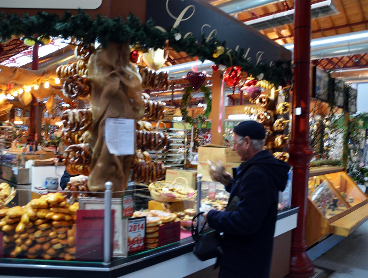 시장의 빵집.  독일 문화의 영향을 받은 알자스 지역에서는 독일의 대표 빵인 브레첼이 주식이다.