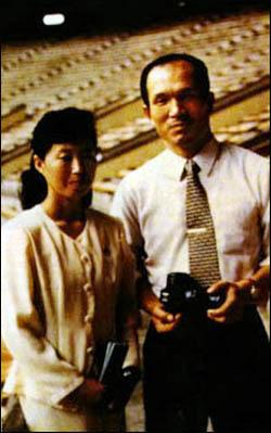 박채서씨가 '흑금성' 공작원 시절에 평양 5.1경기장을 방문해 안내원과 함께 찍은 사진.