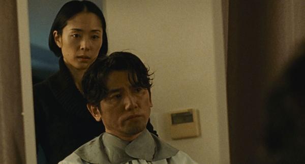 아내 나츠코(후카츠 에리)가 해주는 사치오(모토키 마사히로)의 마지막 이발.