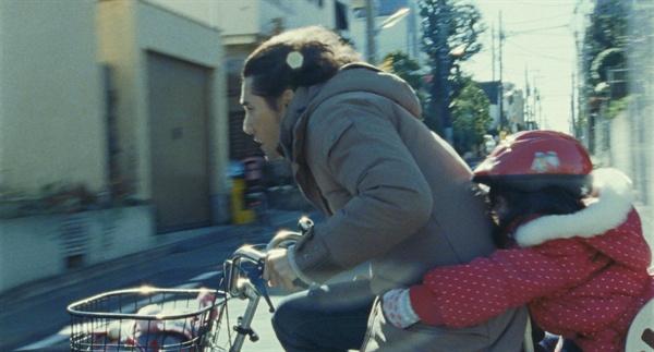 아내 나츠코와 그녀 친구 유키의 죽음 이후 유키 가족을 돌보는 사치오.