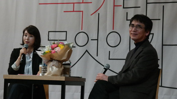 대담 중인 박혜진 아나운서(좌)와 유시민 작가(우)