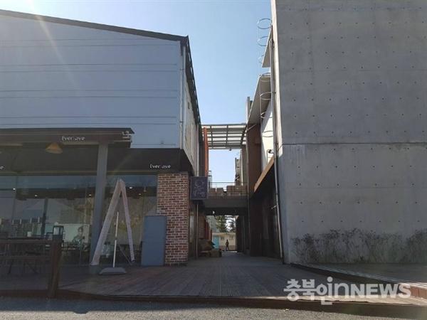 청주시에위치한한대형쇼핑물이상습적으로건축법을위반하며영업을벌여논란이되고있다.