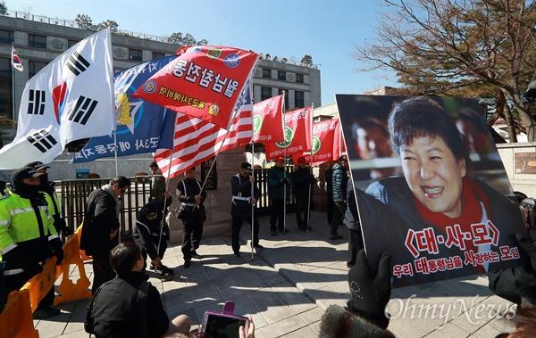 태극기-성조기 들고 헌재 찾아간 예비역들 24일 오후 서울 종로구 재동 헌법재판소앞에서 일부 육해공군 등 예비역들로 구성된 '구국동지회' 회원들이 태극기와 성조기 등을 들고나와 탄원서 제출 기자회견을 열었다. 이들은 박근혜 대통령 탄핵심판과 관련해 '졸속적으로 탄핵인용될 경우 우국충정의 결심을 해 행동을 할 것'이라고 밝혔다.