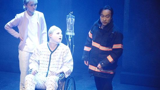 화상 환자와 소방관의 이야기를 다룬 연극 <주먹쥐고 치삼>의 한 장면. ⓒ 손준수