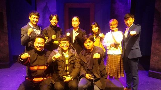 취재를 마친 후 연극에 출연한 배우들과 기념사진을 촬영했다. ⓒ 손준수