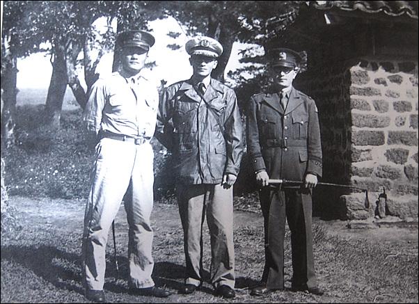1948년 10월, 송요찬(왼쪽)이 정일권 국방경비대 참모총창(오른쪽), 김영철 해안경비대 참모장(가운데)과 삼성혈에서 찍은 사진이다. 사진은 <제주4?3 사건 진상조사보고서>에서 발췌했다.