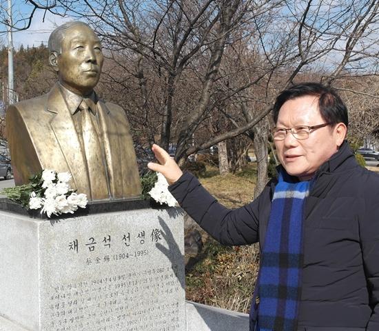 채금석 흉상과 기념비에 대해 설명하는 채정룡 교수