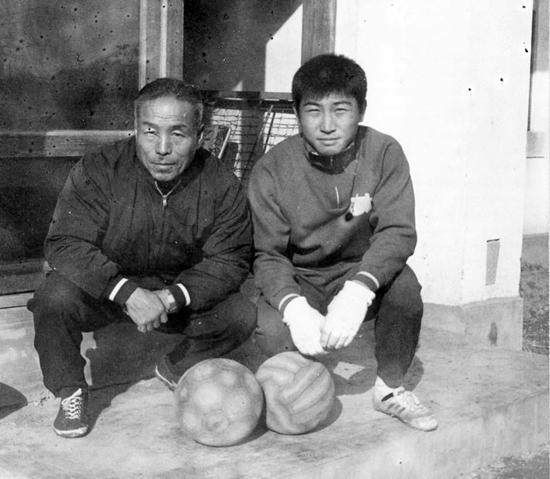 1960년대 후반, 구암동 집에서 애제자 강철 선수와 기념사진(강철은 한양공고를 거쳐 2년 연속 청소년대표로 뛰었고, 연세대 주장을 지냈으나 국가대표 선발전에서 부상으로 아깝게 탈락한 불운의 선수였다. 1979년 미국으로 이민.)