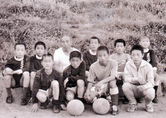 손자 같은 제자들과 기념사진 찍는 채금석(1970년대)