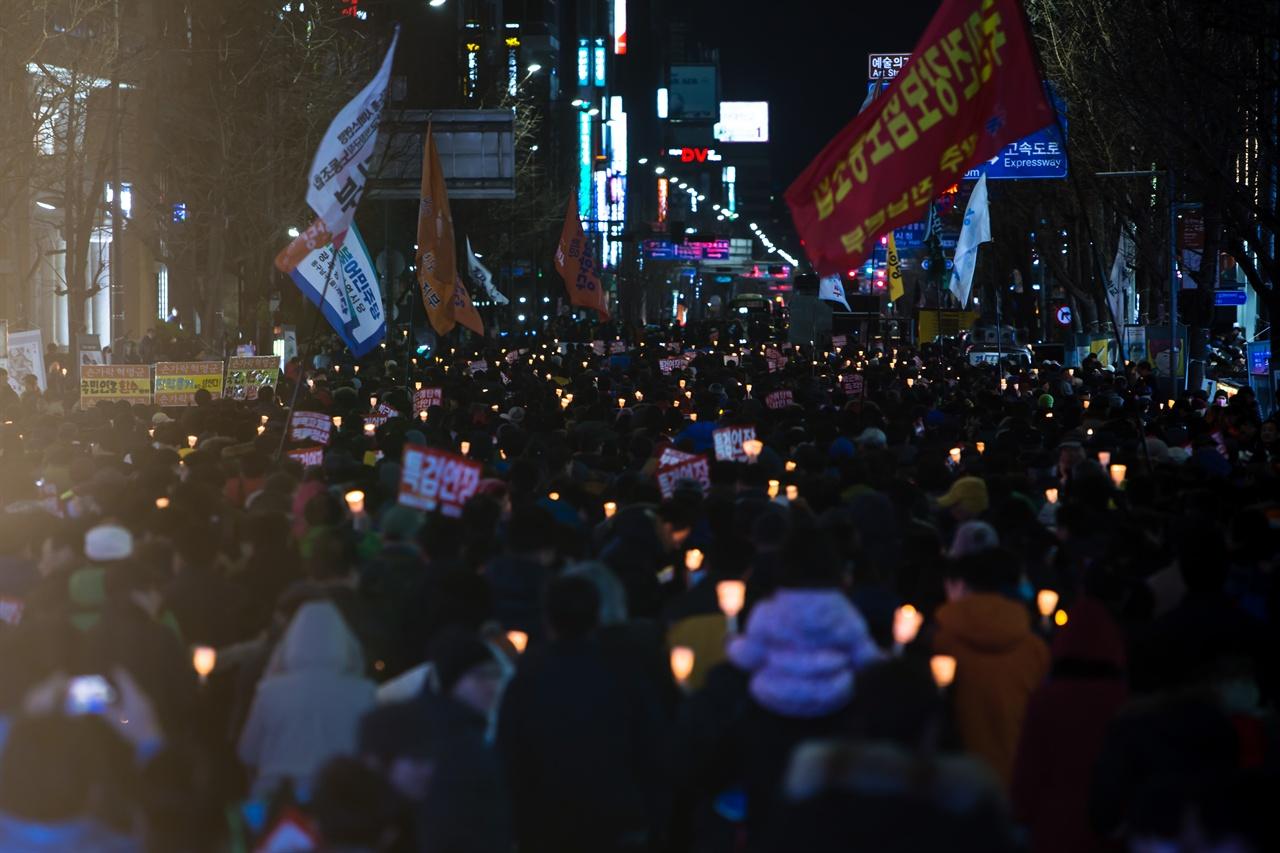 25일(토) 광주 금남로에서 열린 17차 광주시국촛불집회, 자유한국당사(구 새누리당)를 향하는 촛불