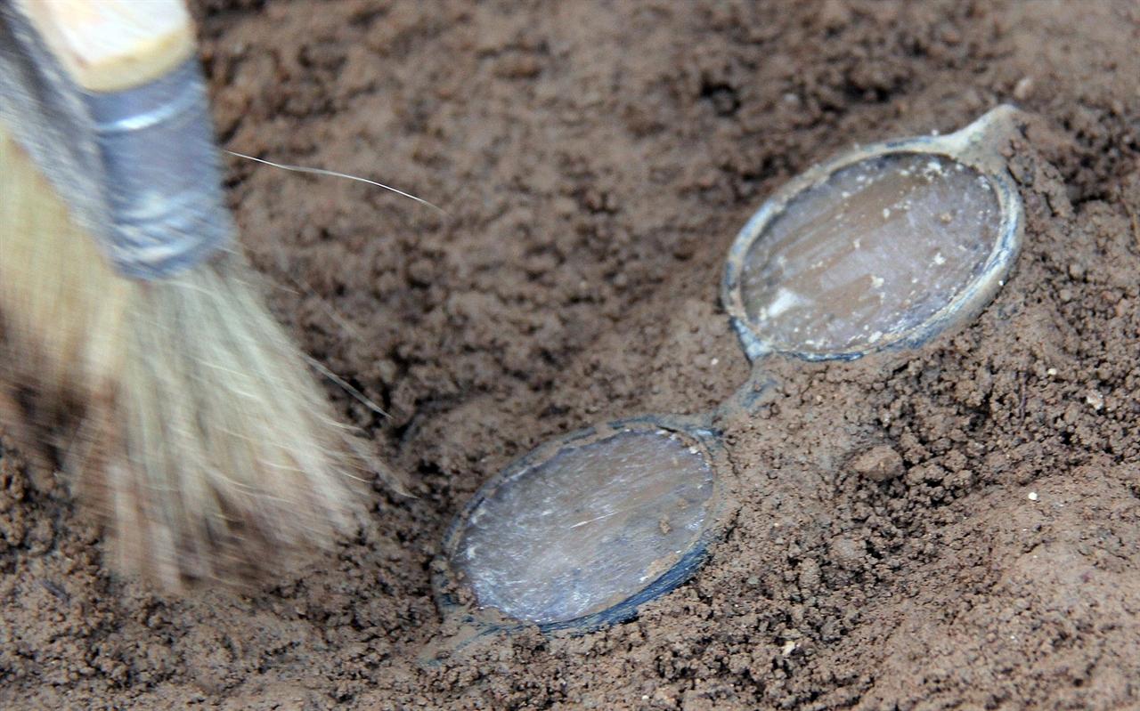 진주시 용산 고개 민간인 유해발굴 현장. 25일 오후 희생자의 것으로 보이는 안경이 발견됐다.