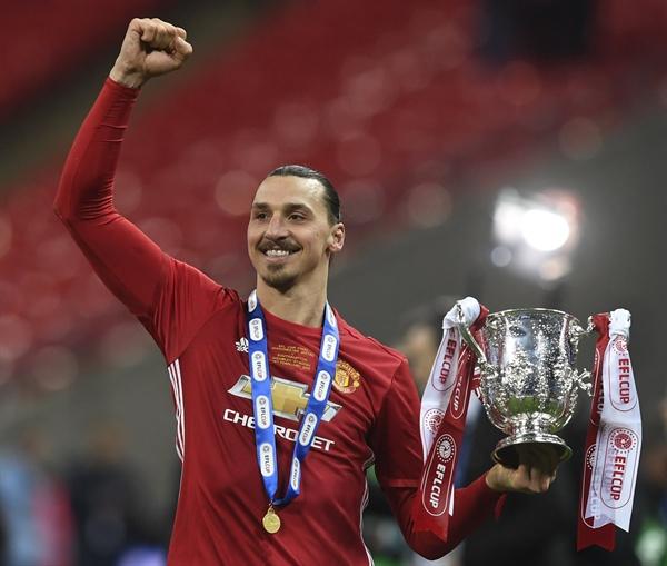 26일(현지시간) 영국 런던의 웸블리 스타디움에서 열린 맨체스터 유나이티드 FC와 사우샘프턴 FC의 2017 잉글랜드 축구 리그(EFL)컵 결승전에서 승리한 맨유의 즐라탄 이브라히모비치가 우승 트로피를 든 채 손을 들어보이고 있다.