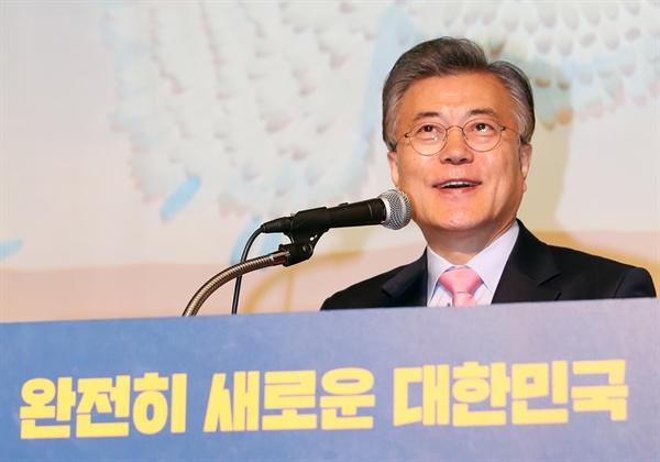 더불어민주당 문재인 전 대표가 16일 오후 서울 중구 페럼타워에서 '새로운 대한민국, 성평등으로 열겠습니다'를 주제로 열린 '대한민국 바로세우기 제7차 포럼'에서 기조연설을 하고 있다.