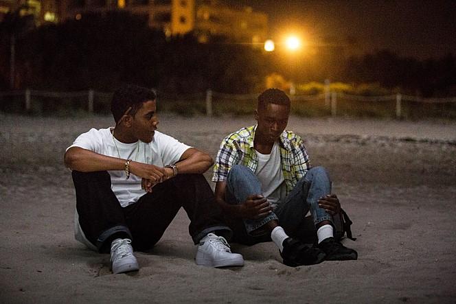바닷가에 앉아, 달빛을 받으며, 두 아이는 이야기를 나눈다.