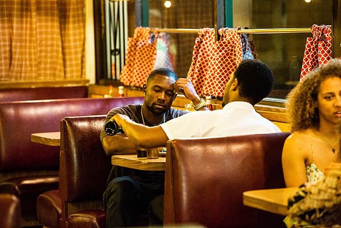 오랜만에 만난 두 사람은 케빈의 가게에서 와인을 마시며 가게 문을 닫을 때까지 '아슬아슬한' 대화를 나눈다.