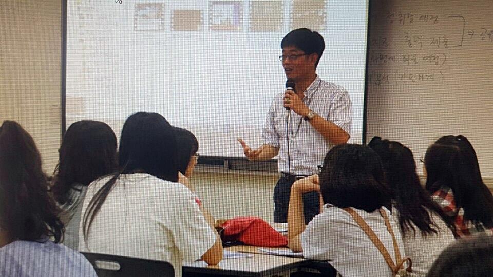 """하나고에서 수업 중인 전경원 교사. 그는 """"학교로 어서 돌아가 예전처럼 즐겁게 수업하고 싶다""""고 말했다."""