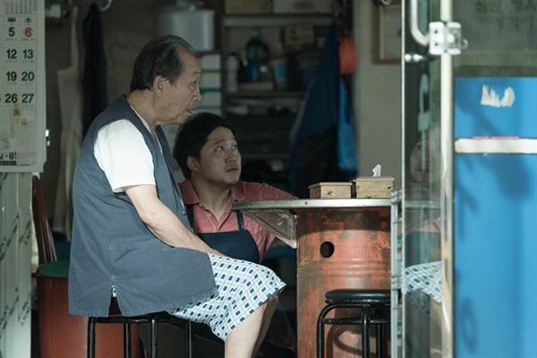 영화 <해빙>의 한 장면. 정육점 식당을 하는 성근 부자는 영화 속 중심 사건에 밀접하게 얽혀 있는 인물들이다.