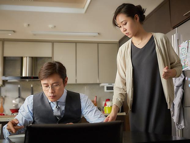한국에서 바쁜 일에 치여 사는 남편 재훈(이병헌)과 그 옆의 수진(공효진)