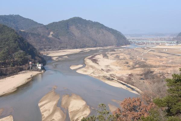 모래톱과 얕은 물줄기와 산등성이 어우러진 전형적인 낙동강의 아름다운 모습