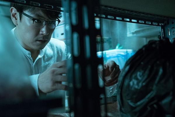 배우 조진웅은 <해빙>에서 발군의 연기력을 보여준다.