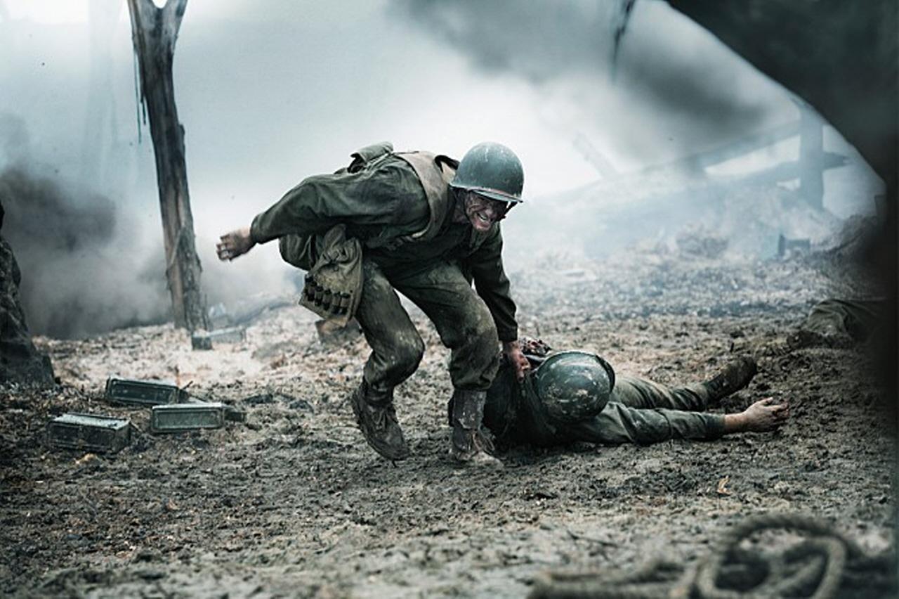 핵소 고지 쓰러진 동료를 끌고 전장을 빠져나가는 데스먼드 도스. 도스는 핵소 고지 전투에서 총 한 자루 없이 무려 75명의 부상자를 구했다.