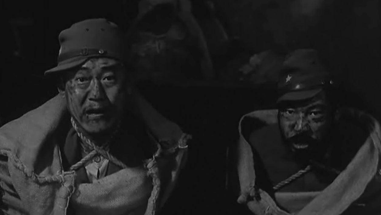 일본군 병사 하나야와 통역관 동한천(董漢臣) 두 명의 포로는 죽기 위해, 살기 위해 각기 다른 모습을 보인다.