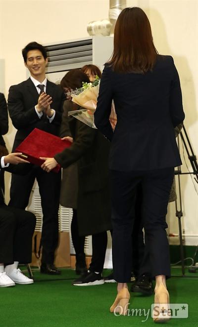 체조요정 손연재, 아름다운 퇴장!  체조선수 손연재가 4일 오후 서울 태릉선수촌에서 열린 은퇴기자간담회에서 퇴장을 하고 있다.