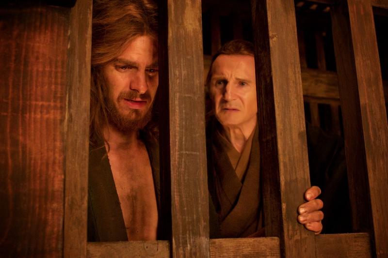 영화 <사일런스>의 한 장면. 로드리게스(앤드류 가필드)는 먼저 배교한 페레이라(리암 니슨) 신부로부터 배교할 것을 진지하게 권유받는다.